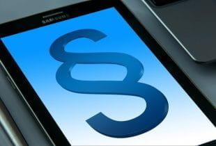 Ein Gesetztesparagraph wird auf einem Smartphonebildschirm angezeigt.
