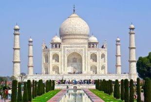Das Taj Mahal in Indien in der Frontalansicht.