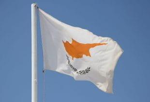 Die Flagge von Zypern weht im Wind.