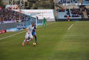 Karim Benzema in einem Spiel von Real Madrid am Ball; hinter ihm ein Gegenspieler.