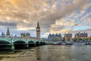 Blick auf den Big Ben und die Victoria Brücke an der Themse in London.