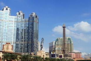 Der Strip von Macau inklusive Hotels und Casinos bei Tag.