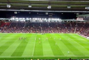 Ein gutbesuchtes Fußballspiel der Premier League im Stadion Old Trafford.