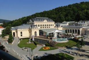 Panorama des Casino Baden bei blauem Himmel in Österreich.