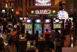 Der Innenraum eines Casinos in Macau mit zahlreichen Spielautomaten.