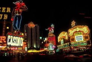 Ein Straßenabschnitt in Las Vegas mit mehreren Casinos bei Nacht.