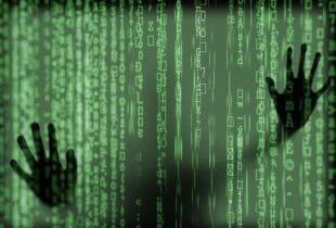 Binärer Code verdeckt eingeschlossenen Menschen hinter einer Wand.