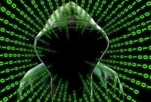 Vermummter Hacker in grünem Kapuzenpullover im Dunkeln mit grafischem Binärcode.