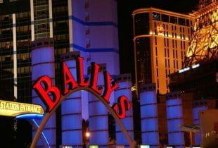 Der Eingang inklusive leuchtendem Schriftzug des Bally's Casino auf dem Strip in Las Vegas bei Nacht.
