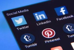 Nahaufnahme eines Smartphone-Displays mit unterschiedlichen Social-Media-Apps.