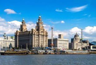 Stadt Liverpool am hellen Tag unter blauem Himmel.