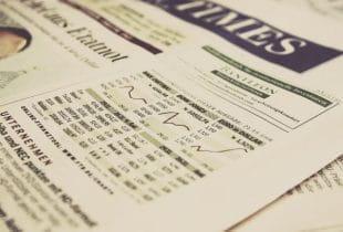Unterschiedliche in Zeitung abgebildete Aktienindizes.