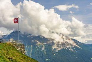 Schweizer Flagge am Tag auf einem Berg.