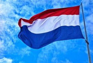 Wehende niederländische Flagge an einem Mast.