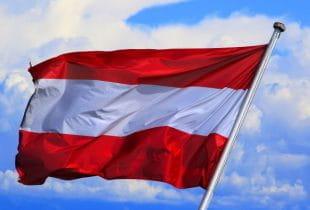 Österreich-Flagge weht im Wind.