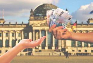 Symbolische Geldübergabe vor dem Bundestag in Berlin.