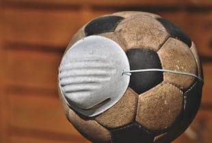 Fußball mit einer Schutzmaske.