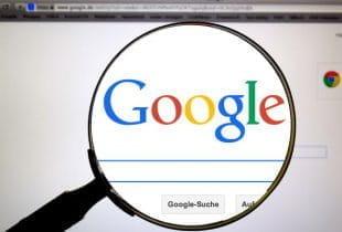 Lupe vergrößert den Google-Schriftzug im Browser.