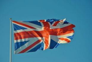 Flagge des Vereinigten Königreichs weht im Wind.