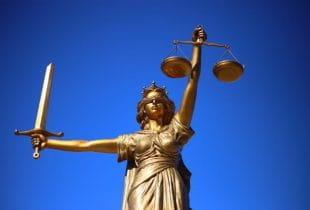 Goldene Statue der Gerechtigkeitsgöttin Justitia.