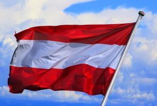 Eine österreichische Nationalflagge an einem Mast.