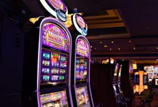 Zwei Spielautomaten in einem Casino.