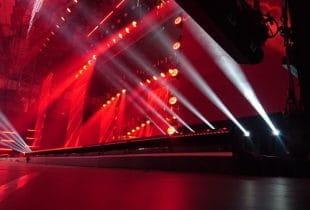 Beleuchtete Bühne im Fernsehen.