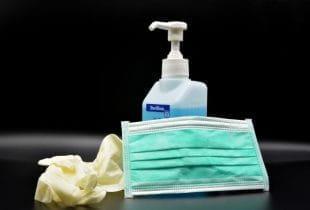 Desinfektionsspray, Maske und OP-Handschuhe.