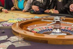 Casinogäste an einem Roulette-Tisch.