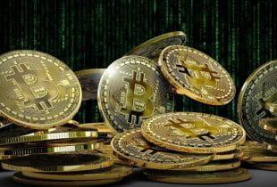 Ein Haufen Bitcoin-Münzen mit Matrix-Codierung im Hintergrund.