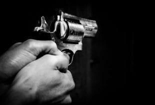 Person hält Revolver in den Händen.