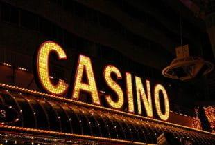 Das Wort Casino als leuchtender Schriftzug.