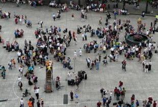 Eine Gruppe von Menschen auf einem öffentlichen Platz.