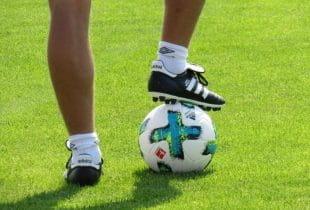Ein Mann mit einem Ball am Fuß.