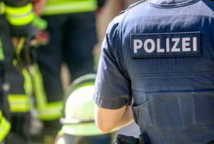 Ein Polizist mit Schutzweste.