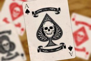 Eine Pik Ass Spielkarte mit einem Totenkopf in der Mitte.