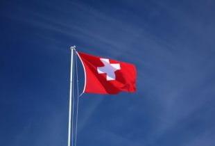 Flagge der Schweiz an einem Fahnenmast.