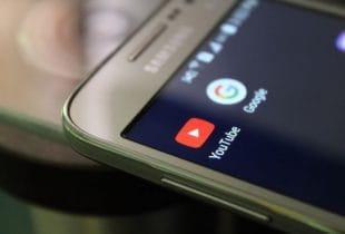Die YouTube- und Google-Apps auf einem Samsung-Smartphone.