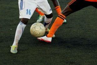 Ein Fußballspieler in einem Zweikampf.