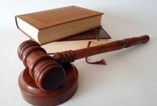 Zwei Gesetzesbücher und ein Gerichtshammer.