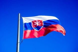 Die Flagge der Slowakei weht an einem Fahnenmast.