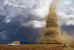 Ein Tornado wütet auf offener Fläche.