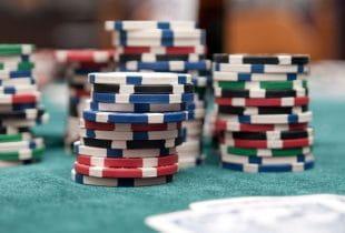 Mehrere Stapel Pokerchips nebeneinander.