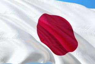 Eine im Wind wehende japanische Flagge.