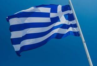 Die griechische Flagge an einem Fahnenmast.